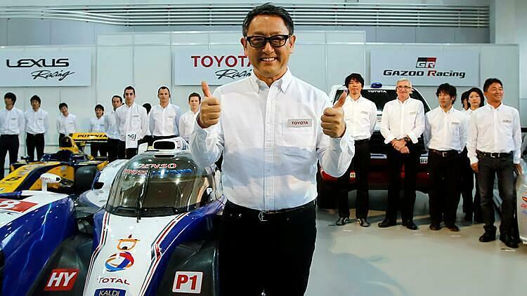 Chủ tịch Akio Toyoda chụp ảnh cùng đội ngũ phát triển xe đua thể thao của hãng. Ảnh: Reuters