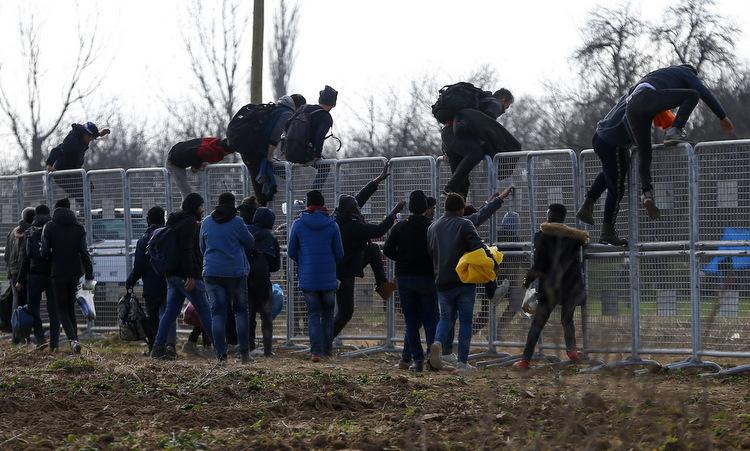 Người di cư vượt rào biên giới Thổ Nhĩ Kỳ để sang Hy Lạp hôm 4/3. Ảnh: AP.