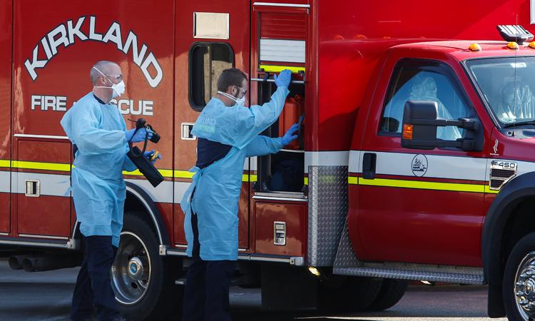 Các nhân viên y tế chuẩn bị rời trung tâm dưỡng lão Life Care ở thành phố Kirkland, bang Washington hôm 4/3. Ảnh: Reuters.