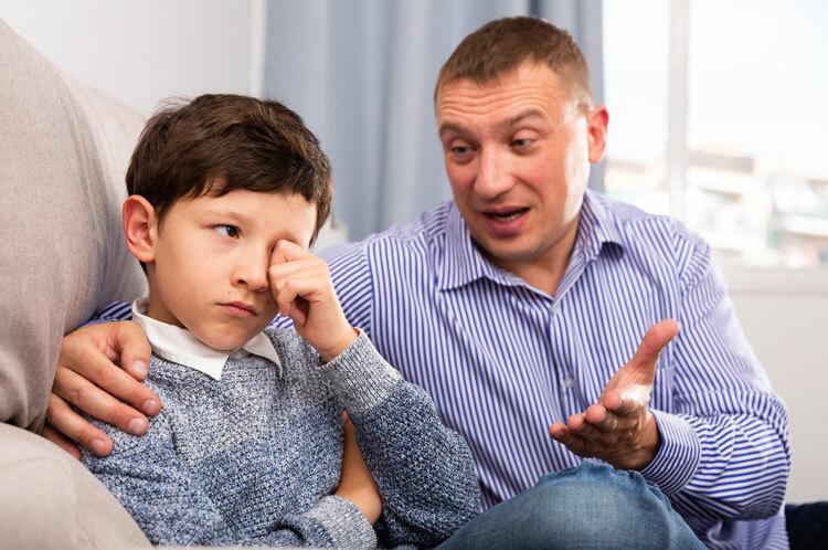 Cha mẹ và con cái cần tăng cường trò chuyện. Ảnh: Shutterstock.