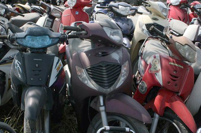 Hàng nghìn xe máy nằm phơi mưa nắng ở các bãi trông giữ xe vi phạm ở Hà Nội, chưa có người đến nhận. Ảnh: Bá Đô