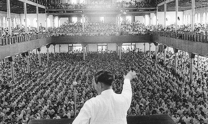 Park Tae-son thuyết giảng trước các tín đồ hồi năm 1957. Ảnh: The Weekly.