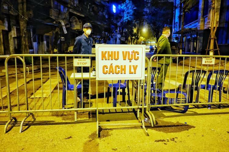 Lực lượng chức năng lập hàng rào phong toả phố Trúc Bạch từ tối 6/3.Ảnh: Giang Huy.