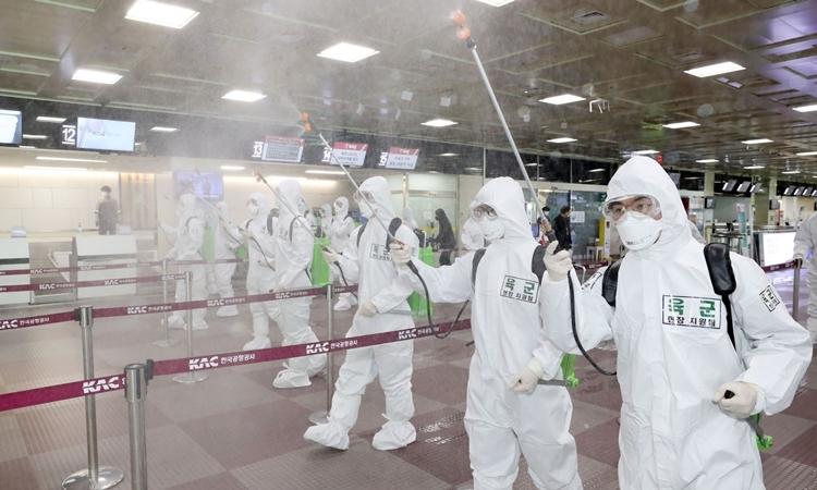 Lính Hàn Quốc phun khử trùng sân bay ở Daegu ngày 6/3. Ảnh: AFP.