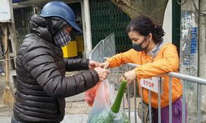 Dân phố Trúc Bạch được hỗ trợ mua đồ