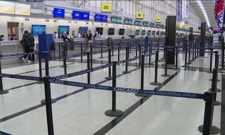 Sân bay quốc tế OHare ở Chicago, Mỹ vắng bóng người. Ảnh: CNN.