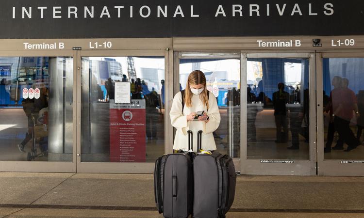 Nữ hành khách đeo khẩu trang tại sân bay quốc tế Los Angeles, California, Mỹ hôm 28/2. Ảnh: NY Times.