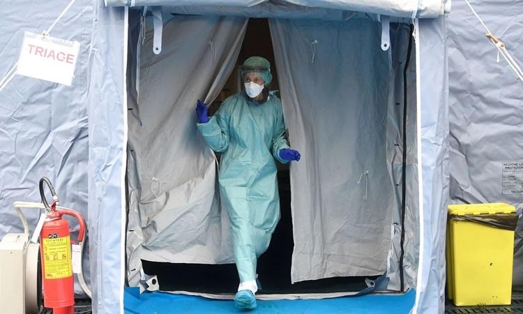 Nhân viên y tế trong trang phục bảo hộ tại một bệnh viện ở thành phố Brescia, phía bắc Italy. Ảnh: Reuters.