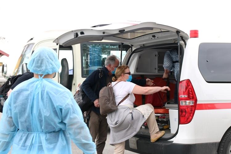 6 trong số 8 khách du lịch Châu Âulưu trú trên du thuyền Peony 02-HP 4869 buộc nhà chức trách phải đưa tất cả 63 người có mặt trên du thuyền này cùng đi cách ly. Ảnh: Giang Chinh