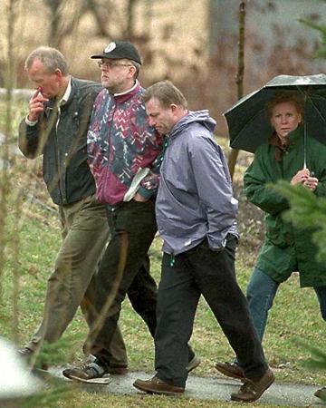Sture (đội mũ) cùng cảnh sát và chuyên viên trị liệu tâm lý trong chuyến tìm thi thể nạn nhân. Ảnh: Sven Erik/PA.