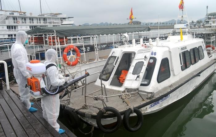 Cảng tàu khách quốc tế Tuần Châu được phun khử trùng sau khi đón nhóm người nước ngoài lên bờ đi cách ly. Ảnh: BQN