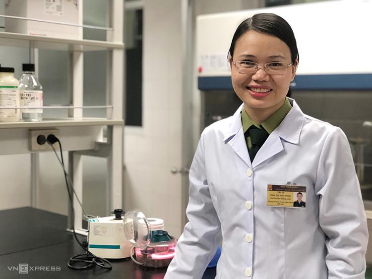 TS Đinh Thị Thu Hằng tại phòng thí nghiệm Viện Nghiên cứu Y dược học Quân sự, chiều 6/3.