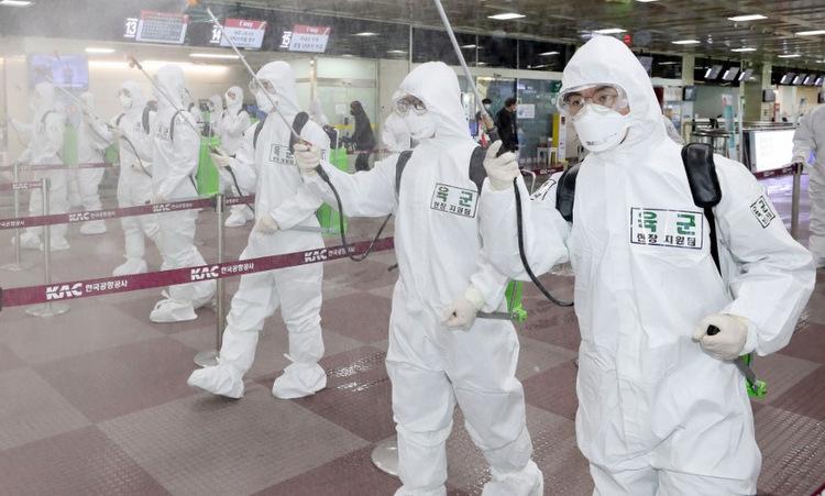 Binh sĩ Hàn Quốc phun khử trùng ở sân bay Daegu hôm 6/3. Ảnh: AFP.