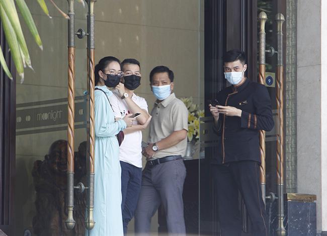 Nhân viên khách sạn nơi hai du khách cách ly đeo khẩu trang. Ảnh: Võ Thạnh
