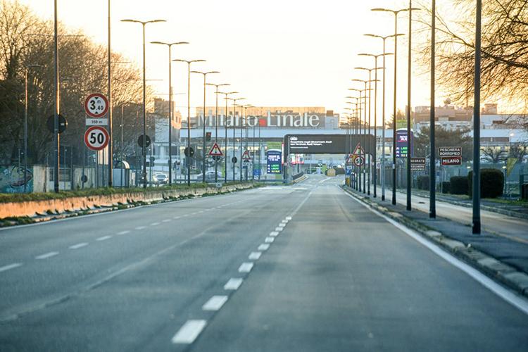 Đường ra sân bay Linate ở thành phố Milan không bóng người hôm 8/3. Ảnh: AFP