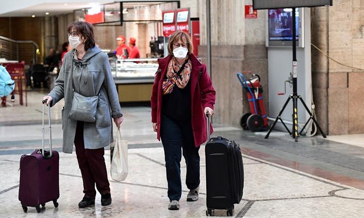 Người dân di chuyển tại ga tàu thành phố Milan hôm 8/3. Ảnh: AFP