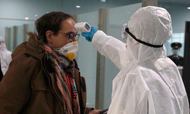 Một người nước ngoài được đo thân nhiệt tại sân bay quốc tế Bình Nhưỡng sáng 9/3. Ảnh: AP.