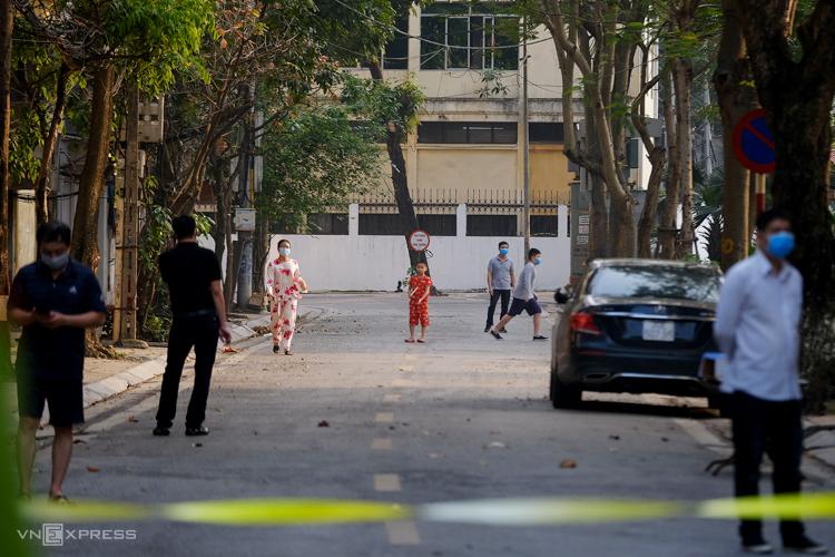 Bên trong khu phố cách ly của Hà Nội, nhiều người thảnh thơi dạo chơi chiều 8/3. Ảnh: Giang Huy