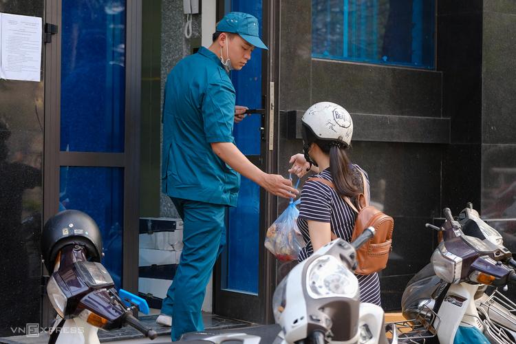 Đồ ăn được giao đến trụ sở UBND phường để kiểm dịch, rồi mới chuyển đến các gia đình hôm 7/3. Ảnh: Giang Huy.
