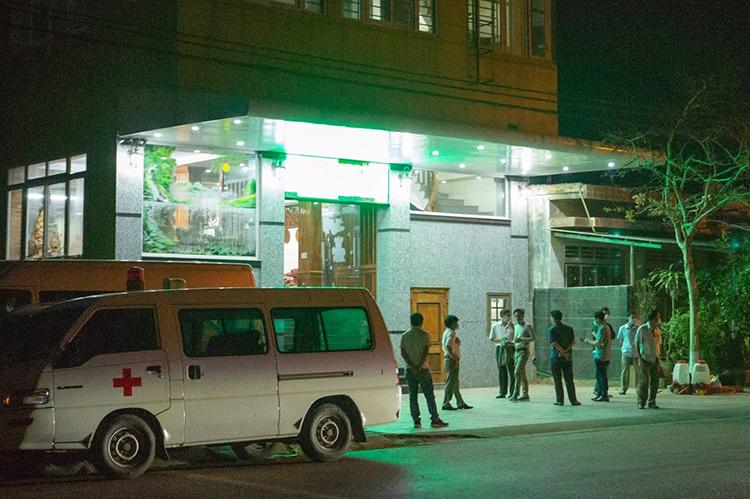 Nhà chức trách Quảng Trị đưa bốn người trên chuyến bay có hành khách nhiễm covid-19 đi cách ly. Ảnh: Quang Hà