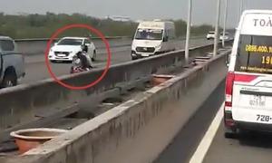 Đôi nam nữ chạy ngược chiều trên cao tốc