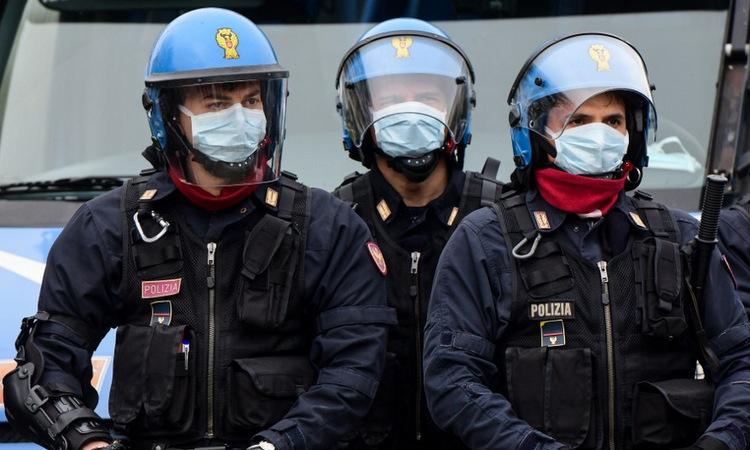 C?nh sát ch?ng b?o ??ng bên ngoài nhà tù ? thành ph? Modena, Italy h?m 9/3. ?nh: AFP.
