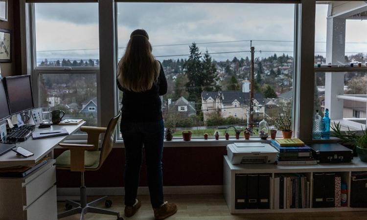 Kate Mannle, gần đây từng tới Hàn Quốc, đang tự cách ly ở nhà tại thành phố Seattle, bang Washington sau khi bị ho và sốt. Ảnh: NY Times.