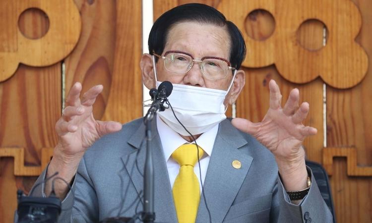 Giáo chủ Tân Thiên Địa Lee Man-hee tại cuộc họp báo ởGapyeong, Hàn Quốc ngày 2/3. Ảnh: AFP.