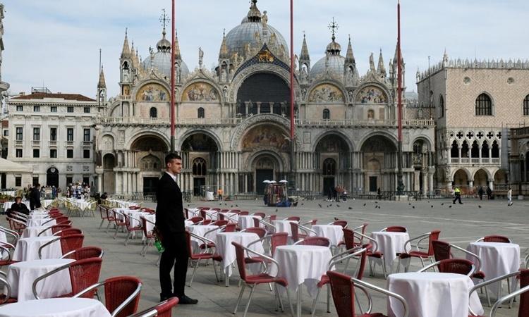 Một nhà hàng ở Quảng trường St Mark, Milan, Italy, ngày 9/3, sau khi chính phủ áp lệnh phong tỏa toàn quốc. Ảnh: AFP.