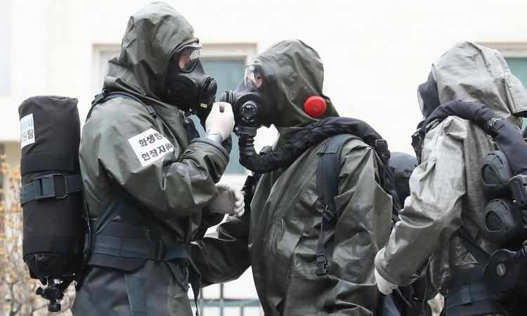 Lính Hàn Quốc chuẩn bị phun khử khuẩn tại thành phố Daegu hôm 9/3. Ảnh: AFP.