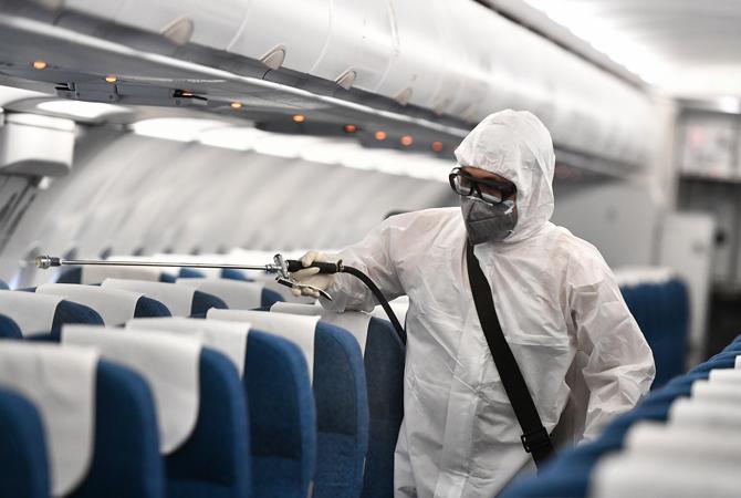 Phun thuốc khử trùng trên máy bay. Ảnh: Phương Linh.