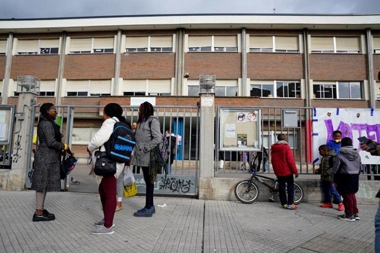 Phụ huynh và học sinh một trường tiểu học tại Vitoria, Tây Ban Nha ra về vào sáng 9/3 sau khi thành phố thông báo nghỉ học. Ảnh: Reuters