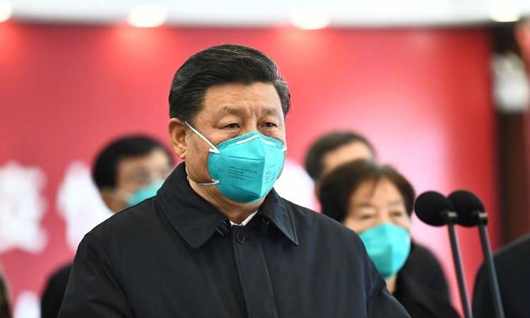 Chủ tịch Trung Quốc Tập Cận Bình đeo khẩu trang y tế màu xanh khithăm Vũ Hán hôm nay. Ảnh: Xinhua.
