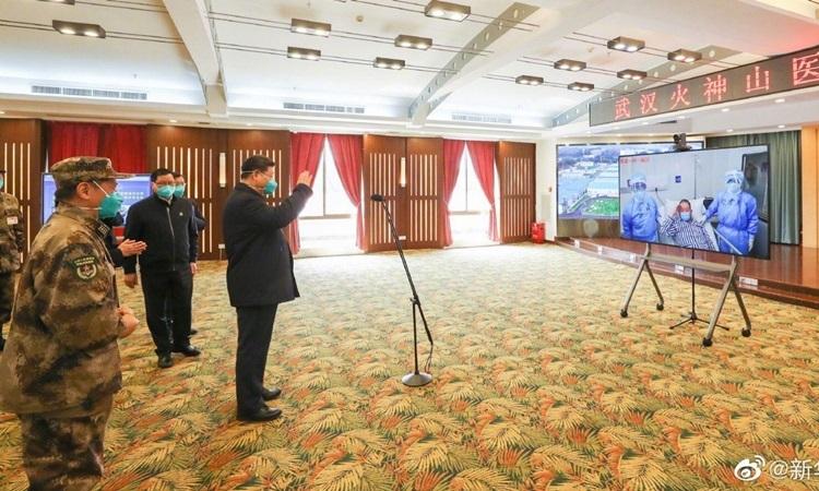 Ông Tập dường như trò chuyện vớicác bệnh nhân qua videokhi thăm Vũ Hán hôm nay. Ảnh: Xinhua.