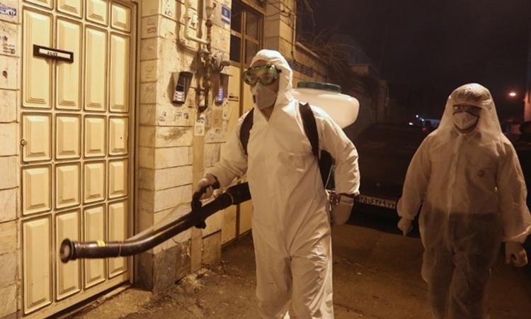 Lính c?u h?a Iran phun kh? trùng ? Tehran ngày 11/3. ?nh: AFP.