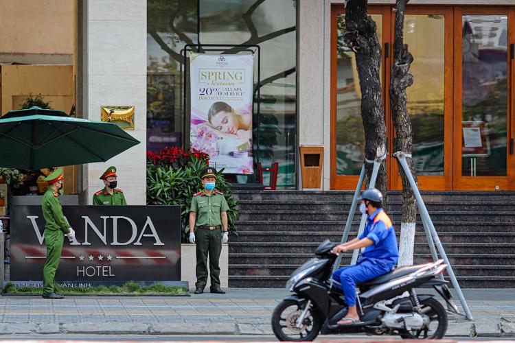 Công an túc trực trước khách sạn Vanda, nơi đang cách ly 48 ngườitiếp xúc với hai người Anh nhiễm nCoV. Ảnh: Nguyễn Đông