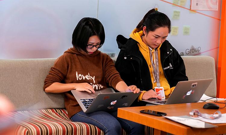 Nhân viên tập đoàn Alibaba tại Hàng Châu, Trung Quốc. Ảnh: Reuters.