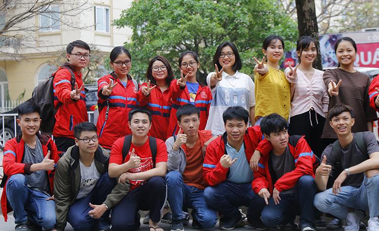 Nhóm sinh viên năm hai ngành Bác sĩ đa khoa chụp ảnh lưu niệm sau buổi học chiều 10/3. Ảnh:Thanh Hằng.