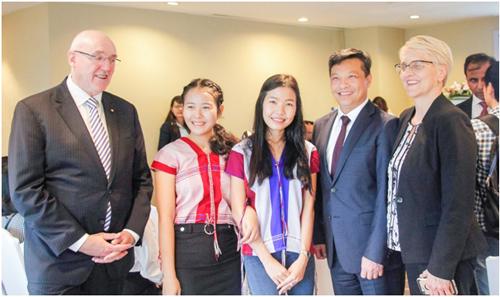 Giáo sưBarney Glover, Hiệu trưởng Trường ĐH Western Sydney (bêntrái) trong buổi khai giảng chường trình WSU BBUS 2019 tại Viện ISB - ĐH Kinh tế TP HCM.Ảnh: Minh Nghĩa