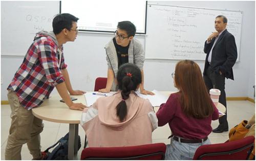 Một buổi thảo luận nhóm dưới sự hướng dẫn của giảng viên đến từ Australia của sinh viên Viện ISB chương trình WSU BBUS. Ảnh: Viên Tuệ.