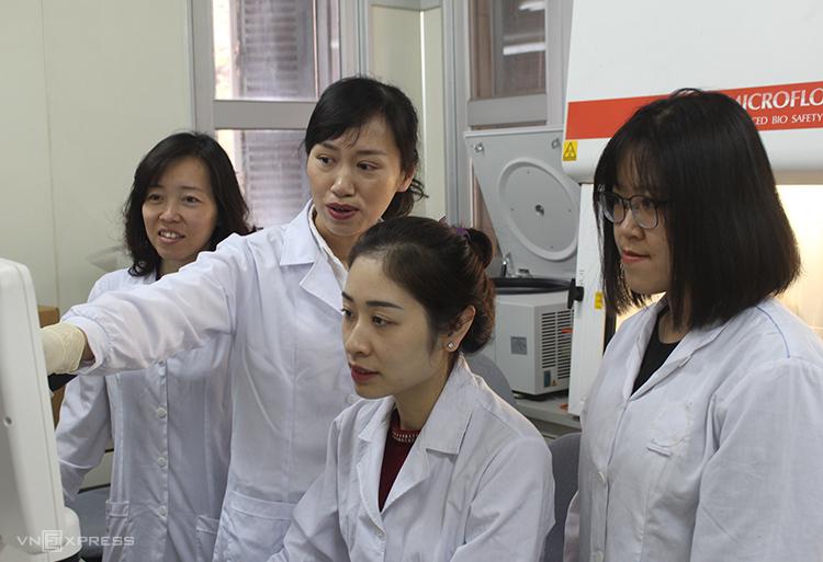 PGS Nguyễn Lê Khánh Hằng (thứ 2 từ trái sang) nhận Giải chính Giải thưởng Tạ Quang Bửu năm 2019. Ảnh: Phan Minh.