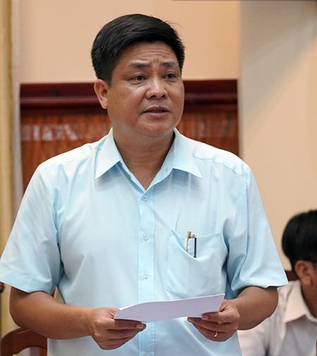 Bác sĩ Nguyễn Quốc Việt, Giám đốc Sở Y tế Binh Thuận báo cáo kết quả xét nghiệm bệnh nhân 34, tối 10/3 tại UBND tỉnh Bình Thuận. Ảnh: Việt Quốc.