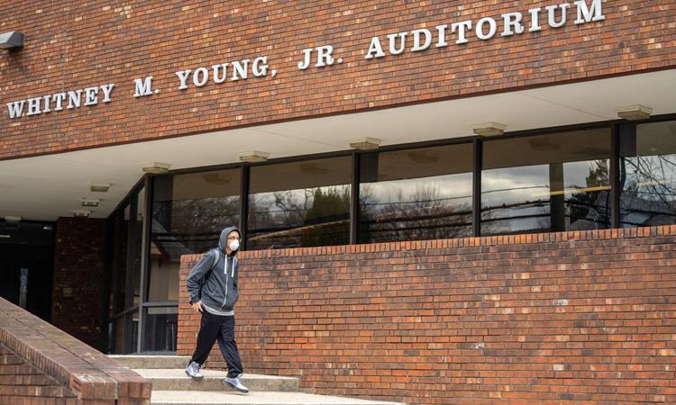 Một nam sinh đeo khẩu trang đi ở trường Trung học New Rochelle, hạt Westchester hôm 10/3. Ảnh: WSJ.