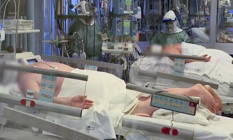 Bệnh nhân Covid-19 được đặt nằm sấp để dễ hô hấp hơntại bệnh viện Cremona  ở miền bắc Italy hôm 9/3. Ảnh: Reuters.