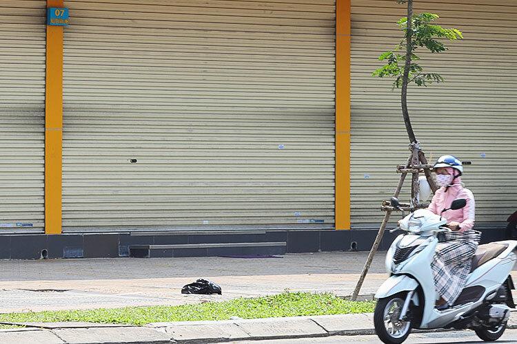 Cửa hàng điện máy Xanh số 7 Nguyễn Văn Linh đóng cửa, ngày 11/3. Ảnh: Nguyễn Đông