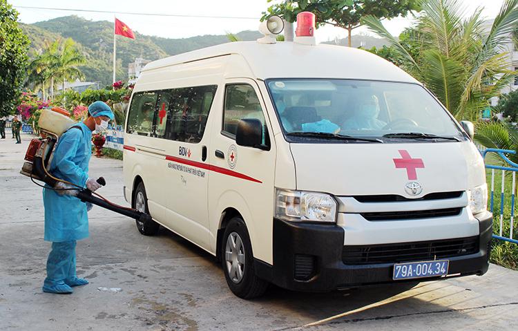 Lực lượng y tế Khánh Hòa phun thuốc khử trùng tại khu cách ly người nghi nhiễm nhiễm nCoV. Ảnh: An Phước.