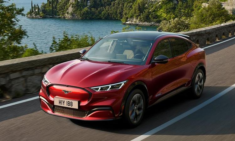 Mustang Mach-E với ngoại hình hiện đại, sử dụng động cơ điện và bán tại châu Âu cùng thời điểm với Mỹ. Ảnh: Ford