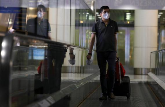 Một hành khách tại sân bay quốc tế Kuala Lumpur ở Sepang, Malaysia hôm 10/3. Ảnh: Reuters