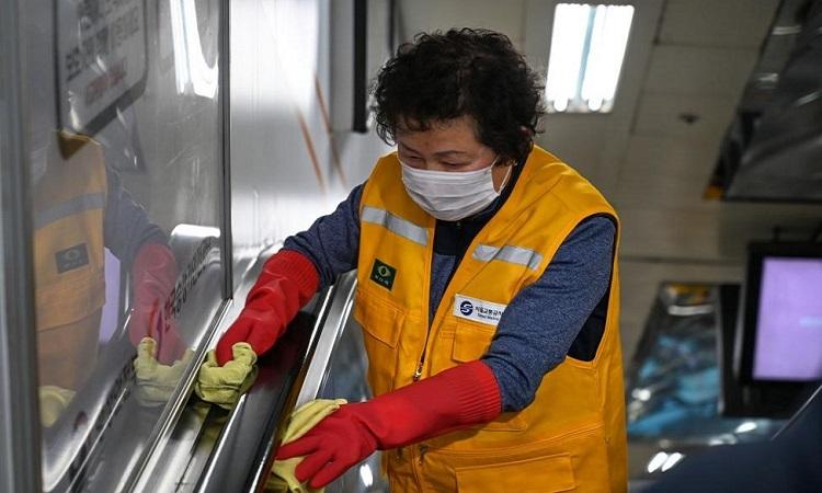 Nhân viên vệ sinh ga tàu điện ngầm ở Seoul hôm 4/3. Ảnh: UPI.