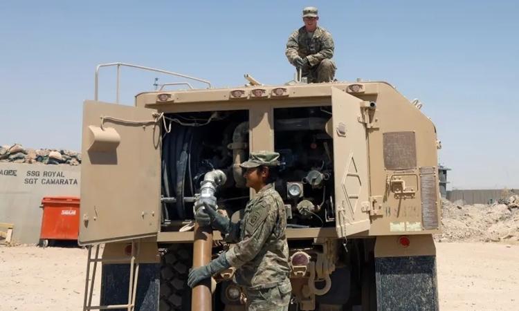 Lính Mỹ tiếp liệu xe quân sự tại căn cứQayyara ở phía tây Mosul, Iraq tháng 8/2017. Ảnh: Reuters.
